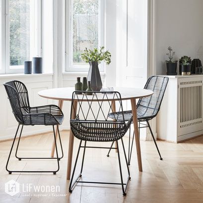 Zwarte rieten stoel